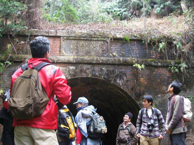 紀伊半島みる観る探検隊、坂下隧道を見学する参加者