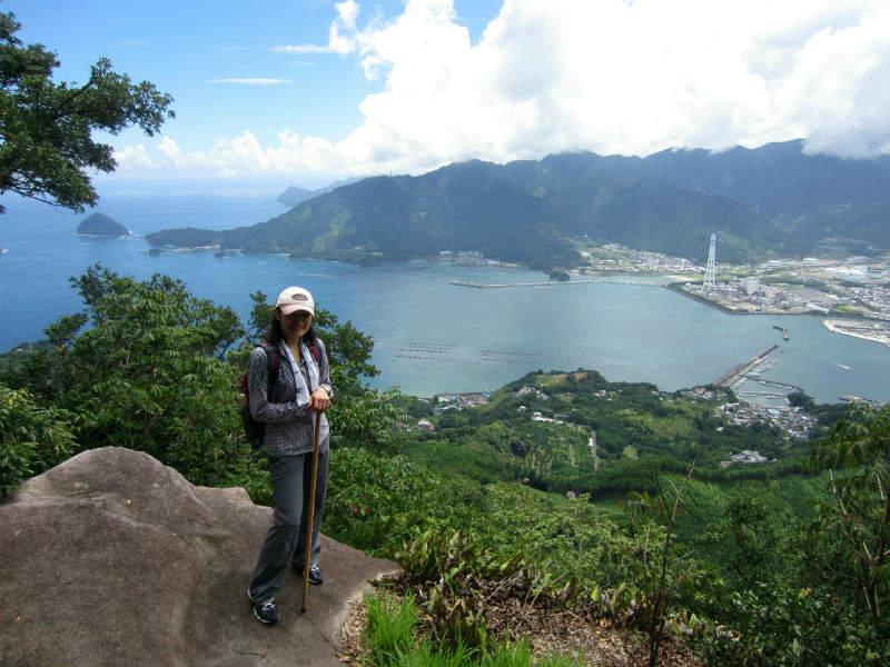 熊野古道女性一人旅応援プラン、天狗倉山にて尾鷲湾を背景に記念写真