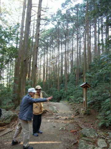 熊野古道馬越峠の夜泣き地蔵の説明をする語り部ガイド