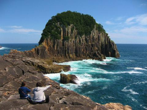 楯ヶ崎を眺めるツアー参加者の夫婦