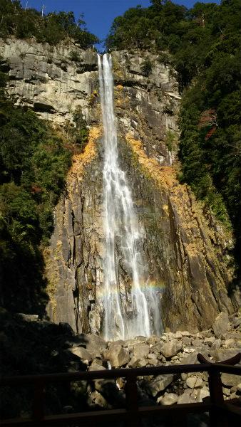 那智の滝に虹がかかる