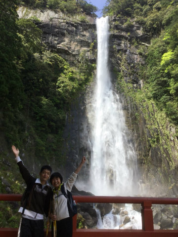 那智の滝とツアー参加者夫婦