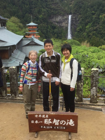 那智の滝を背景にガイド玉置仁美とツアー参加夫婦の記念写真