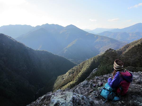 大丹倉の景色と一人旅女性
