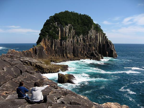 楯ヶ崎を眺めるツアー参加者