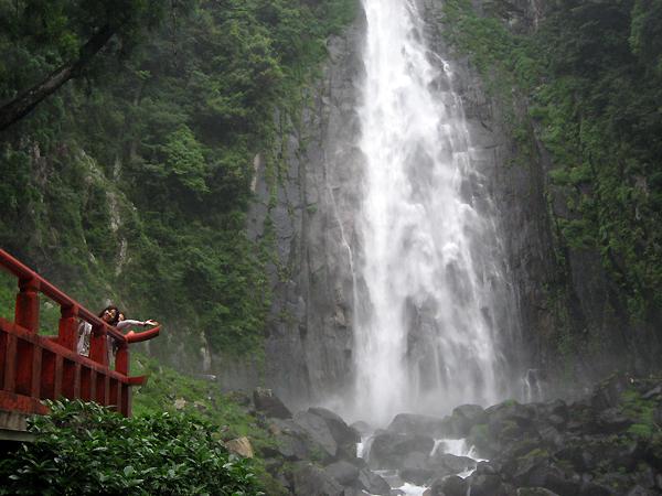 那智の滝と女性参加者
