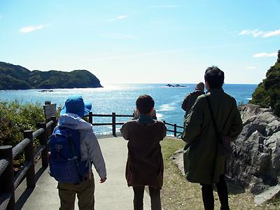 鬼ヶ城遊歩道を歩くガイドとツアー参加者