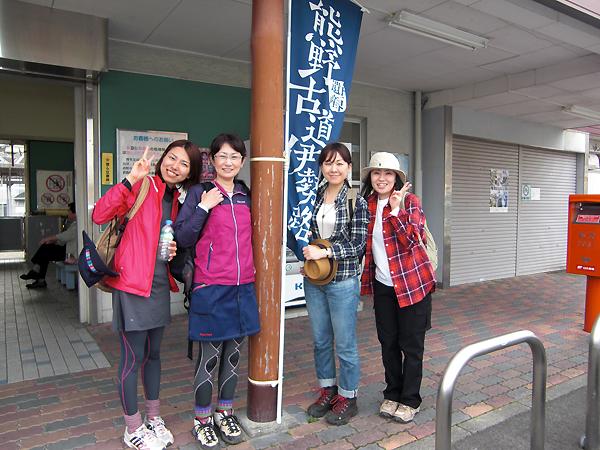 尾鷲駅にてガイドと女性参加者の記念写真