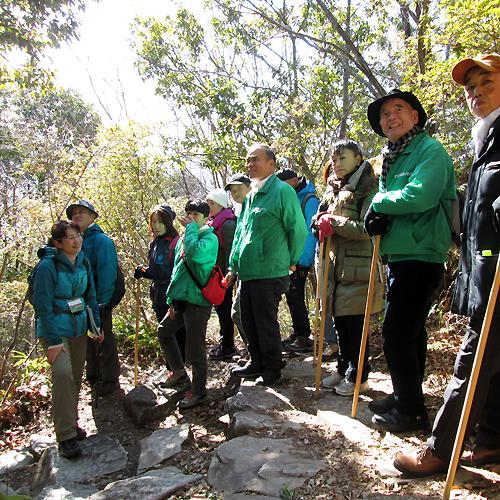 熊野古道エコツアー研修旅行、馬越峠で話すガイドと参加者たち