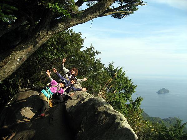 天狗倉山の大石でポーズをする女性参加者3人