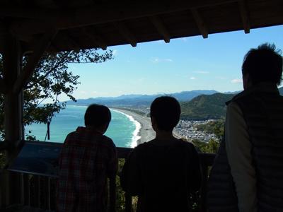 熊野古道伊勢路・松本峠の展望台から景色を眺めるツアー参加者