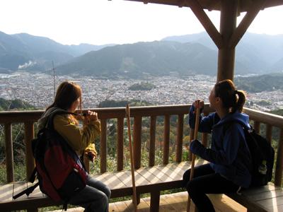 熊野古道伊勢路・馬越峠エコツアー、馬越公園の展望台から尾鷲市を眺める女性2人
