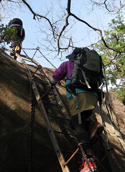 天狗倉山の梯子を上る女性