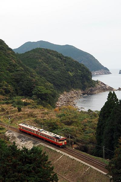 波田須を通過するJR普通列車