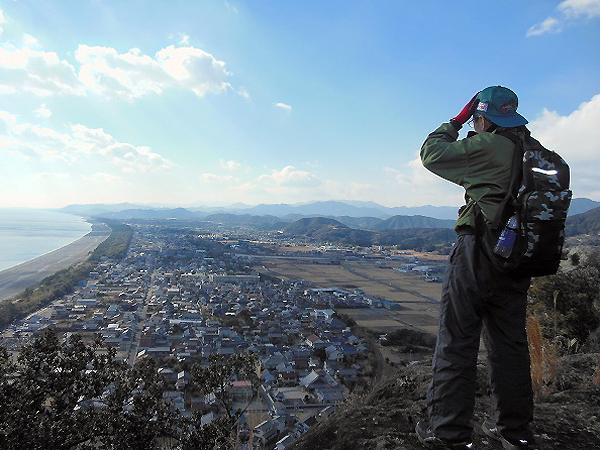 灯籠ヶ峯から七里御浜や有馬町を眺める一人旅男性