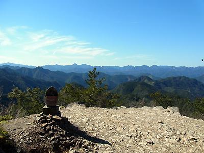 熊野古道中辺路・小雲取越の百間ぐらの地蔵と眺め